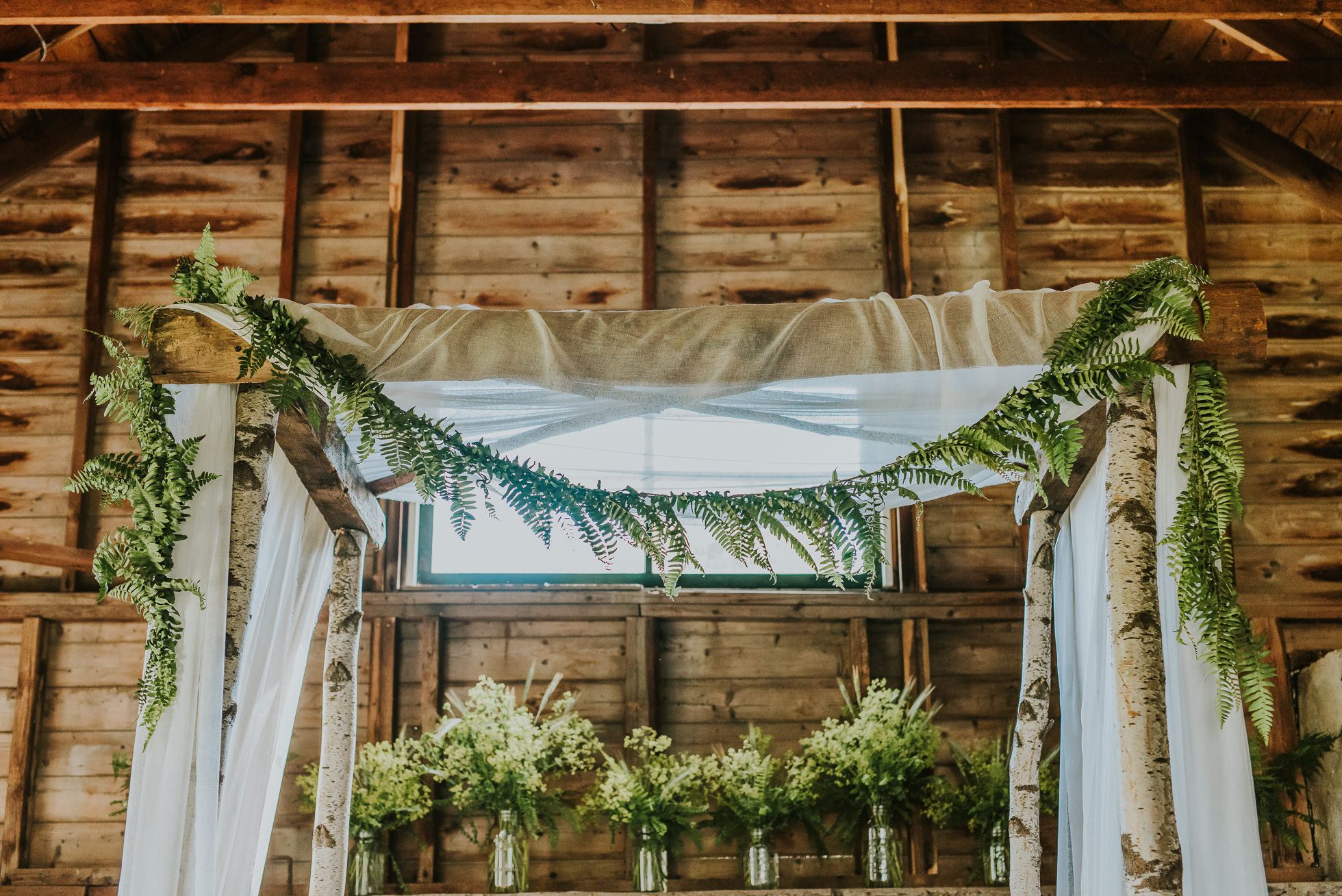 rustic wedding altar photographed by Traverse the Tides