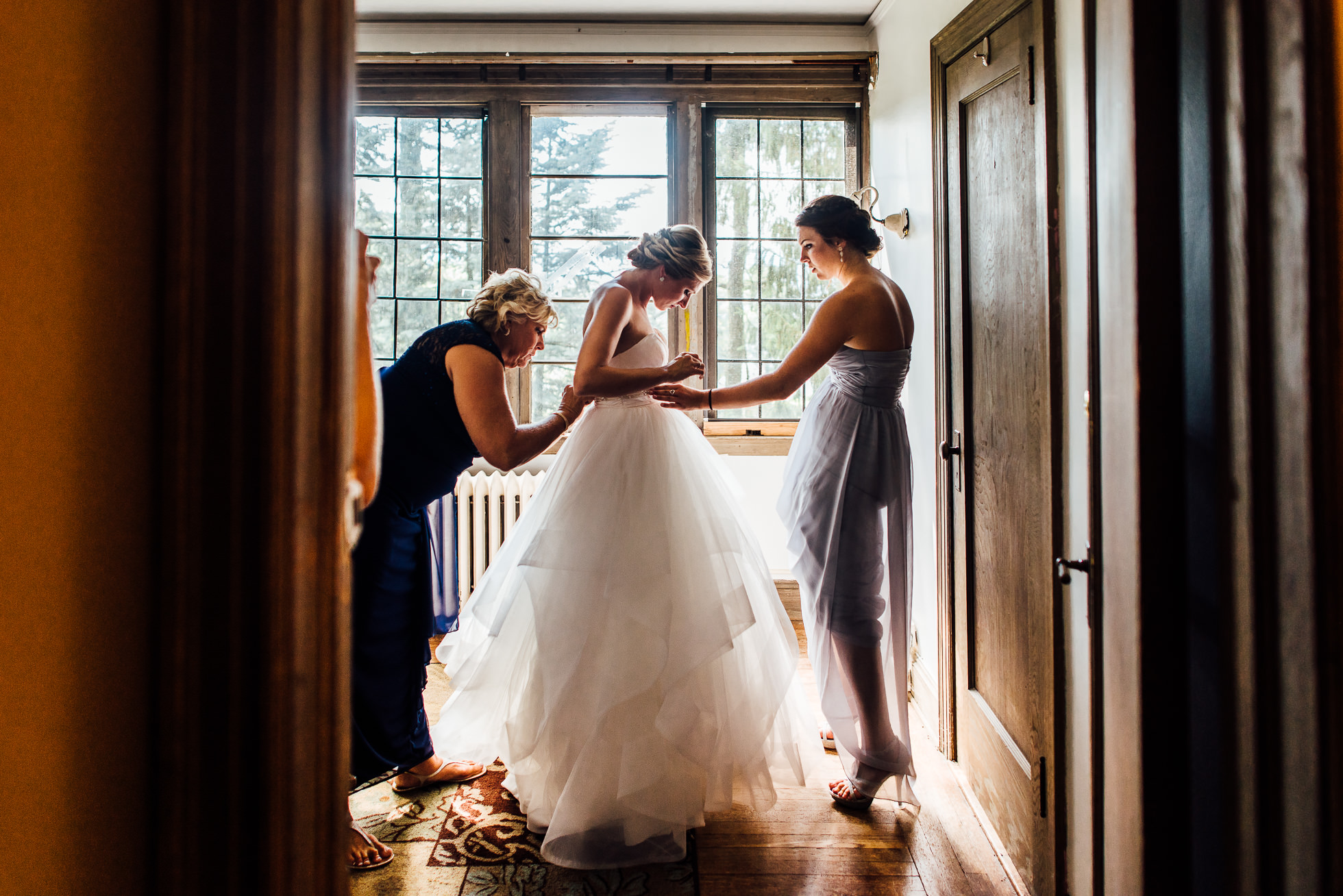 bride getting ready with mom and sister at lyndhurst castle photographed by traverse the tides-2