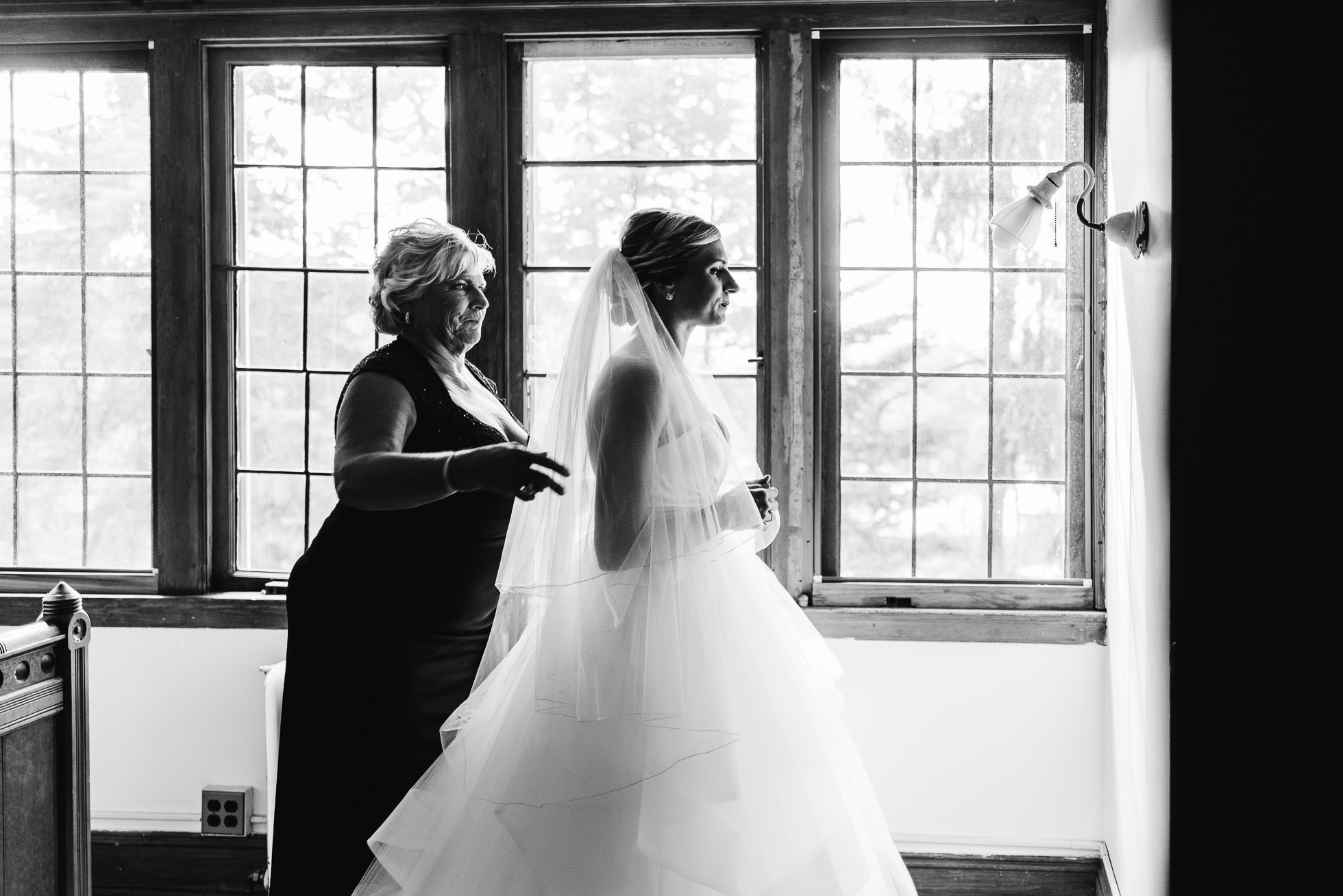 bride getting ready with mom at lyndhurst castle photographed by traverse the tides