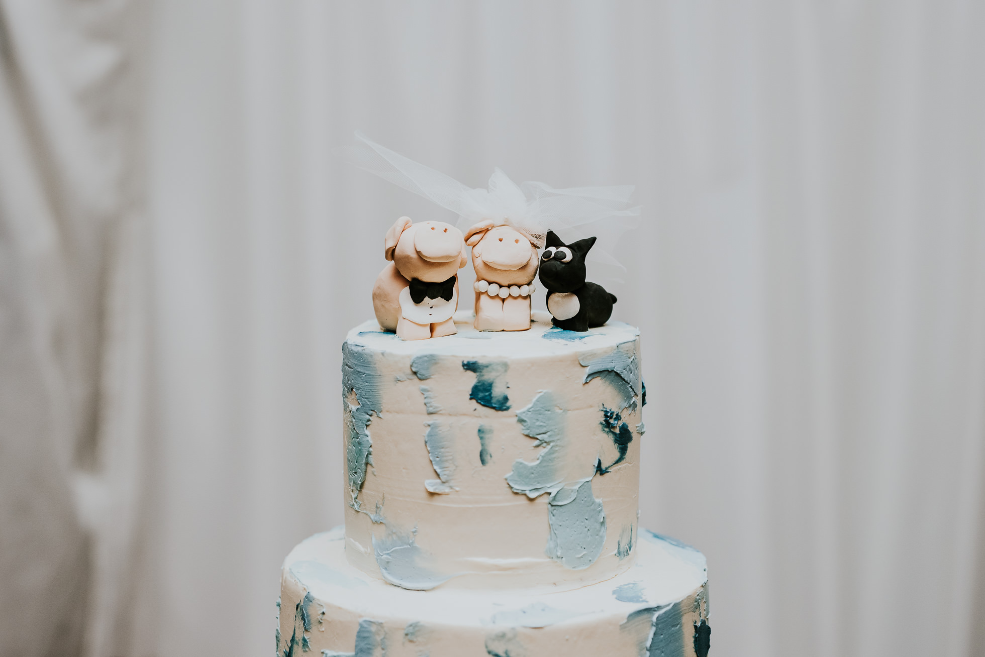 wedding cake topper lyndhurst castle wedding photographed by traverse the tides